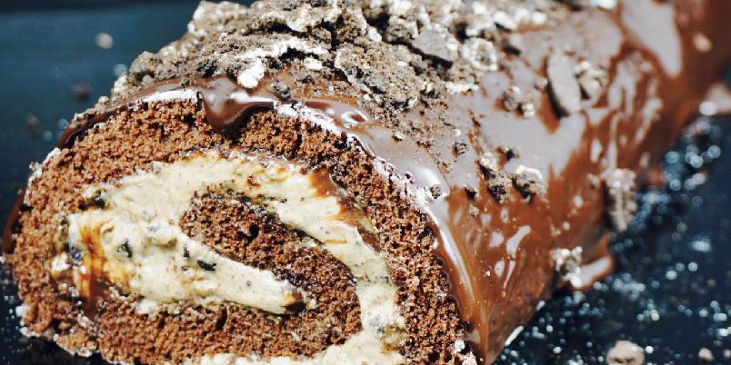 Sjokoladekakerull med oreo og nougat - Swissrull, rullekake etc Kjært barn har mange navn. Som også er kjent for å være rask og enkel å lage. Så hvorfor ikke prøve denne varianten? Sjokoladekakerull fylt med krem, oreo og nougat. Toppet med sjokoladeganache! Denne er en skikkelig fest i munnen!!