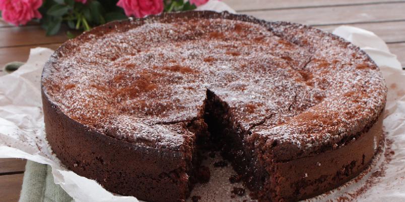 Mørk sjokoladekake uten sukker, gluten og melk - De fleste vil gjenkjenne denne oppskriften fra Ida Gran Jensen, her er den laget ikke bare glutenfri, men også melkefri og sukkerfri for de som har behov for det. Kaken er diabetesvennlig som den er, men dersom melk tåles kan en lysere sjokolade uten sukker brukes.