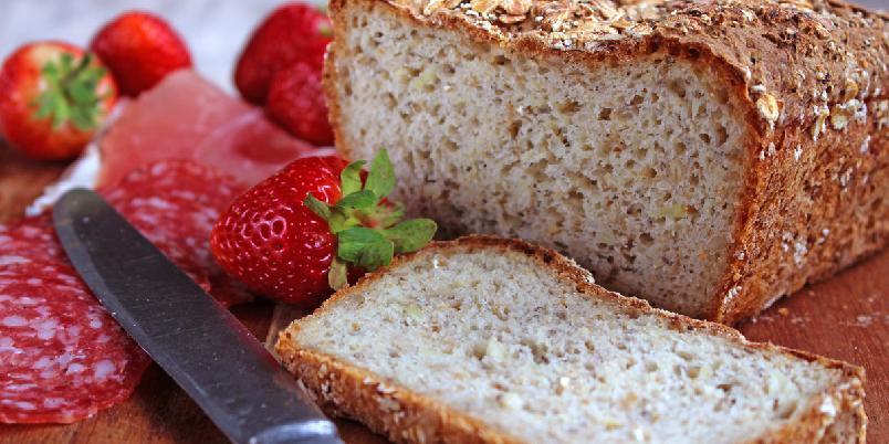 Glutenfritt grovbrød med potet - Potetbrød er ikke synonymt med flatbrød, dette brødet er et saftig gjærdeigsbrød med mye smak. I dette brødet er det brukt rå potet på samme måte som man bruker gulrot og squash. Jeg valgte å bruke nypotet med skallet på.