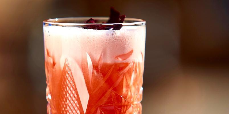 Singapore Sling - Legendarisk drink fra Raffles Hotel i Singapore med en kompleks og spennende smak.