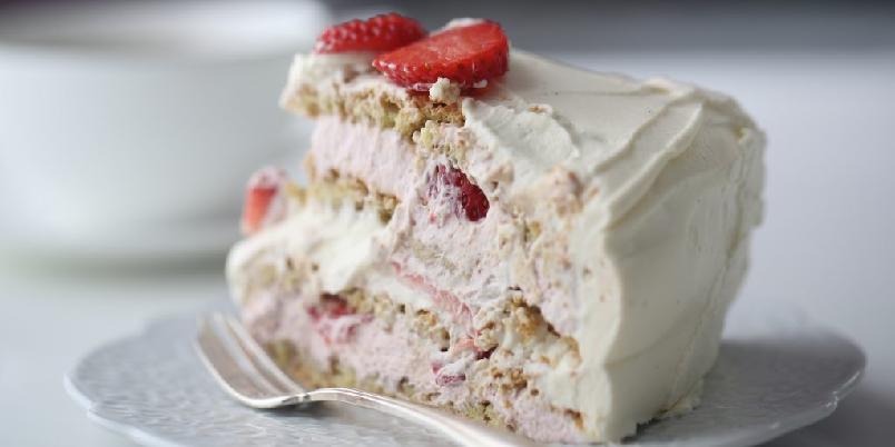 Marengskake med jordbær - Marengs med bringebærkrem, vaniljekrem og ferske jordbær.