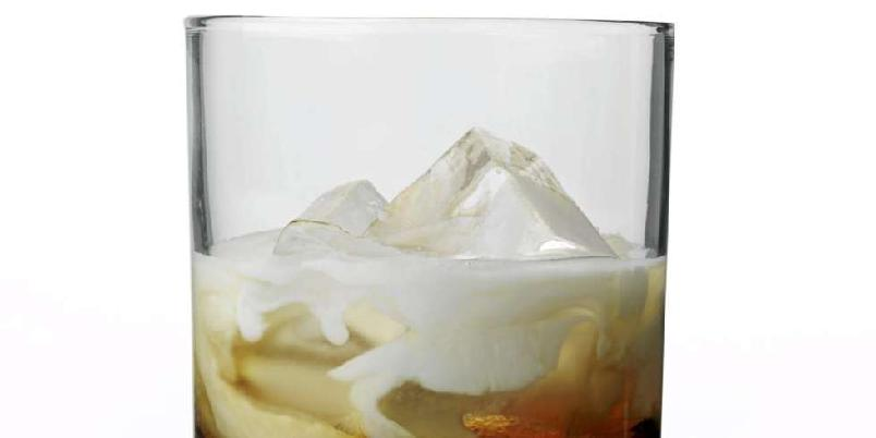 White Russian - White Russian er en variant av Black Russian, hvor du i tillegg til vodka og kaffelikør har i fløte.