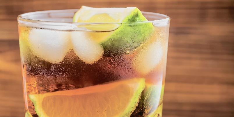 Cognacdrink med ingefær - Frisk og enkel å lage, med cognac, ingefærøl og lime.