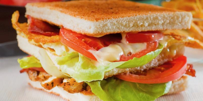 Club sandwich - Club sandwich er en klassiker hvor kombinasjonen av smaker og teksturer rett og slett bare fungerer.