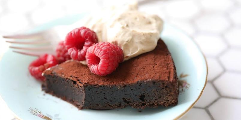 Kladdkake med lakris - Sjokoladekake med fudgekonsistens og lakrissmak er en drøm for alle sjokoladeelskere...
