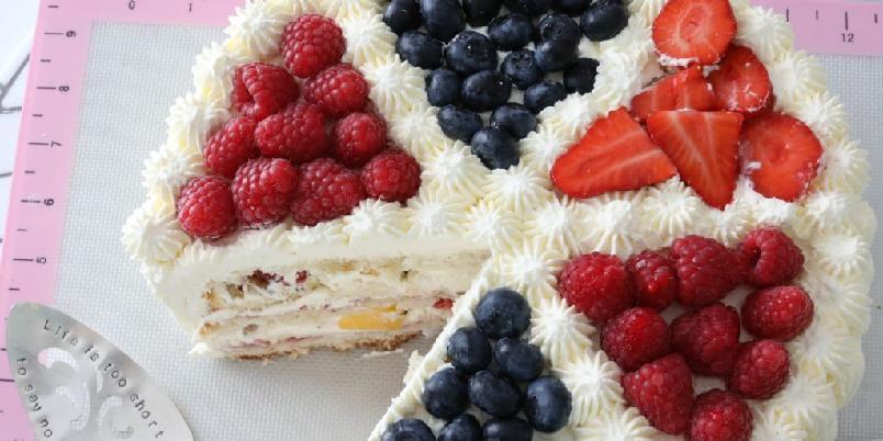 Klassisk bløtkake - Deilig bløtkake toppet med sjokolade, valnøtter og frukt.