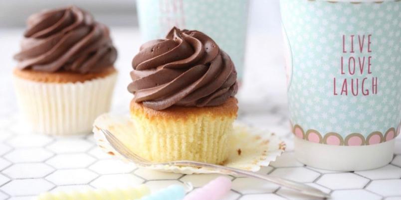 Luftig mørk sjokoladekrem - En deilig sjokoladekrem uten smør, som er både luftig og har en rik smak av sjokolade. Kan brukes både som topping på cupcakes og som fyll i kaker.