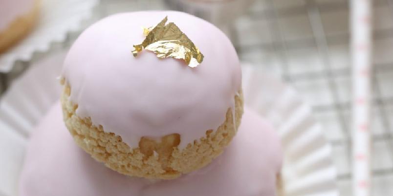 Vannbakkels med topping - Disse er dyppet i rosa glasur og toppet med gullblad for et ekstra søtt utseende.