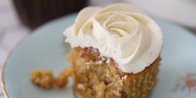 Myke gulrotcupcakes med luftig vaniljekrem - Disse cupcakene er myke og saftige, og har en deilig krem på toppen.
