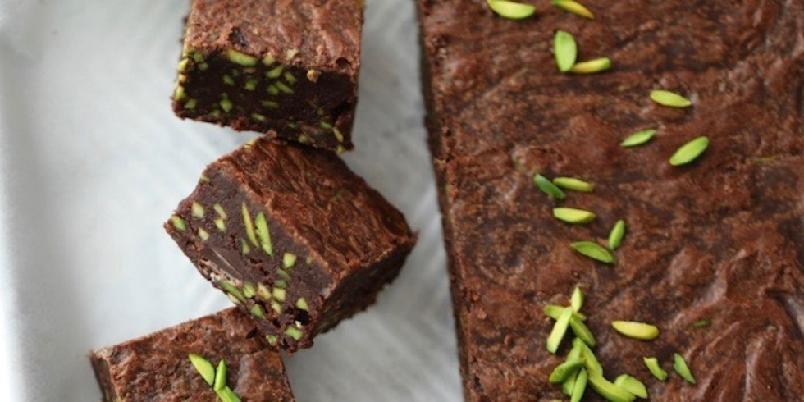 Fudge brownies med pistasjnøtter - Disse browniesene har en myk og luksuriøs tekstur, mens pistasjnøttene sørger for krønsj og kontrast.