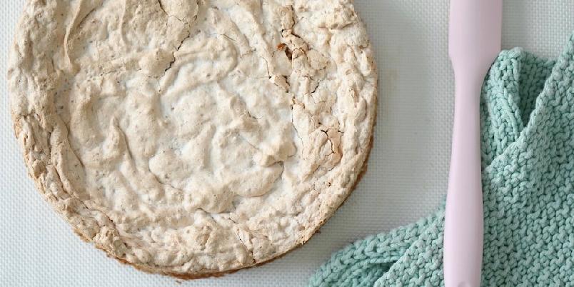 Peanøttkake - Kombinasjonen av søt marengs sammen med salte peanøtter er bare magisk godt.
