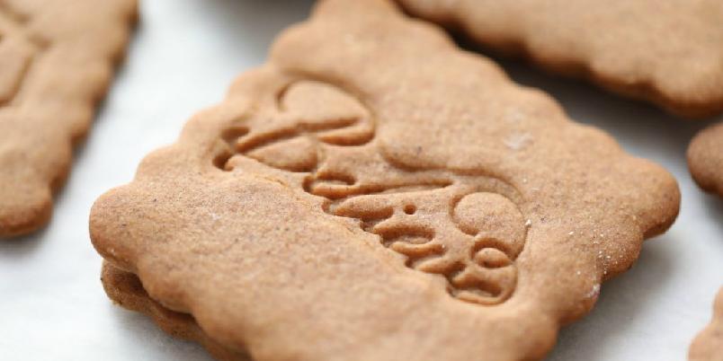 Manuelas pepperkaker  - Pepperkakene smaker nydelig - og kan stemples med små julehilsener. Stemplene får du i en hobbybutikk.