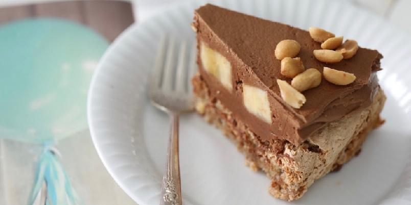 Suksessterte med sjokolade - En suksessterte, men istedenfor gul krem, er det blandet inn mørk sjokolade slik at det blir en sjokolade-eggekrem. Kaken har også bananer og peanøtter.