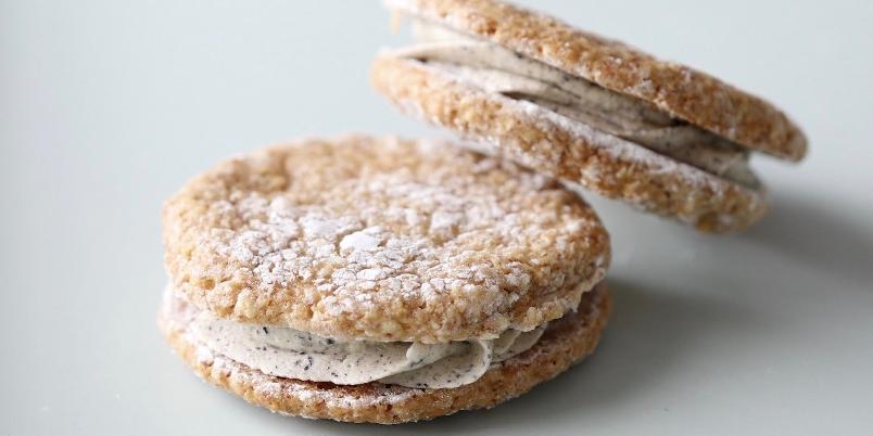 Seige mandelkjeks med lakris-smørkrem - Disse seige mandelkjeksene er glutenfrie og fylt med en spennende lakris-smørkrem.